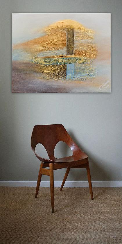 Pokój ozdobiony obrazem wykonanym we współczesnym stylu